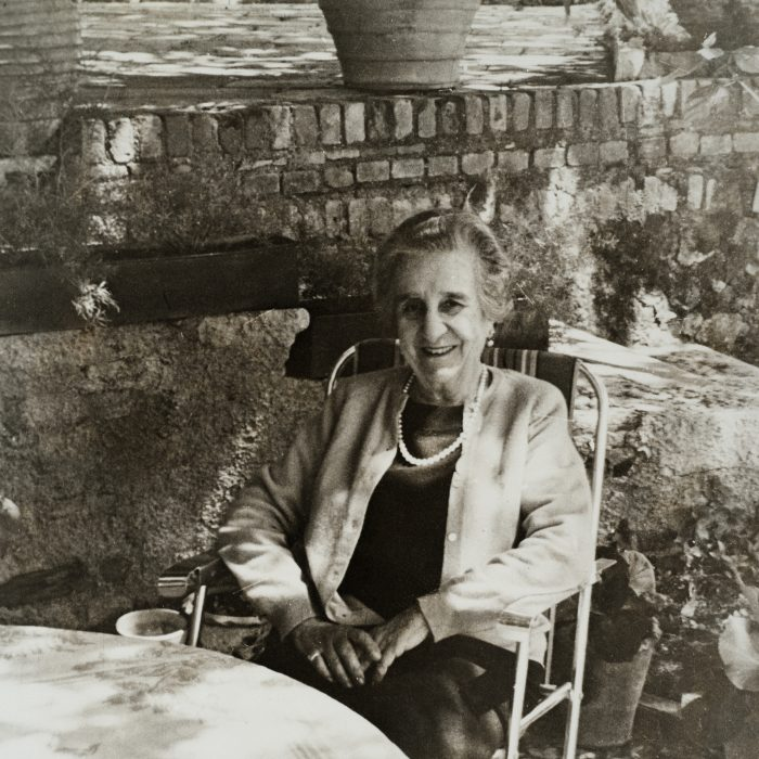 Η Μαρία Καποδίστρια εγκαθίσταται στην Κέρκυρα και επισκευάζει την Κουκουρίτσα.
